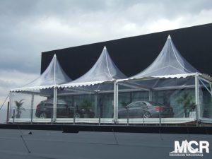 Transparente Pagodenzelte genutzt um Autos zu präsentieren