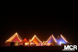 Großzelt und Pagodenzelte bei Nacht farbig illuminiert