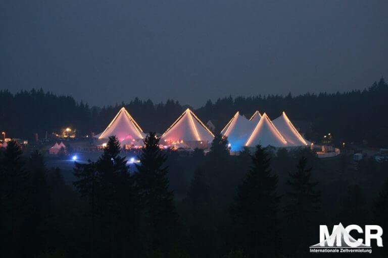 Großzelte mit Lichterketten